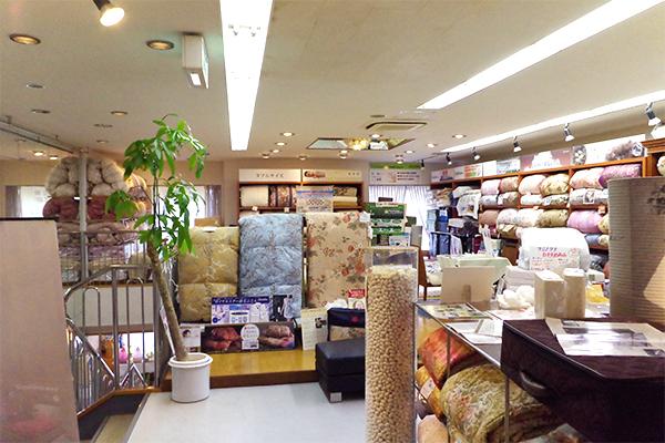 様々な敷布団を体験できる二階奥の展示コーナー