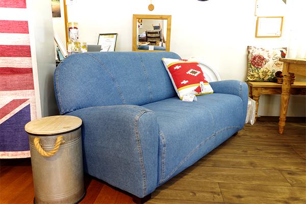 アクティブなライフスタイルを彩るカッコいいジーンズ柄のソファ