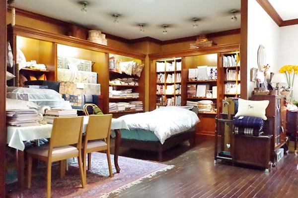 一階奥のベッドの展示 関連商品もたくさん取り揃えています