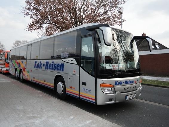 Ein neuer Setra S 417 UL mit schräger Front von Kok-Reisen aus Leer. Dieser fuhr am 17. März diesen Jahres als Shuttlebus zum Tag der Reise bei Janssen in Wittmund.