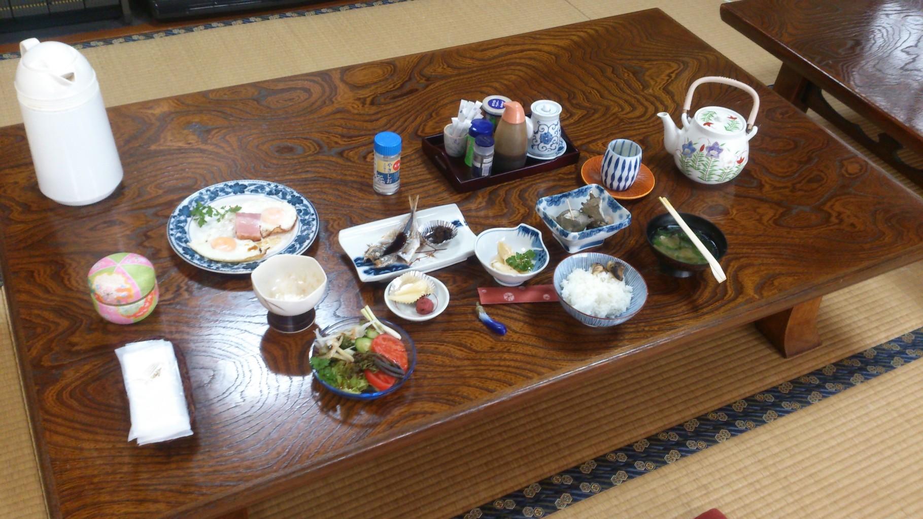 畳敷食事へやでサザエ付の贅沢な朝食