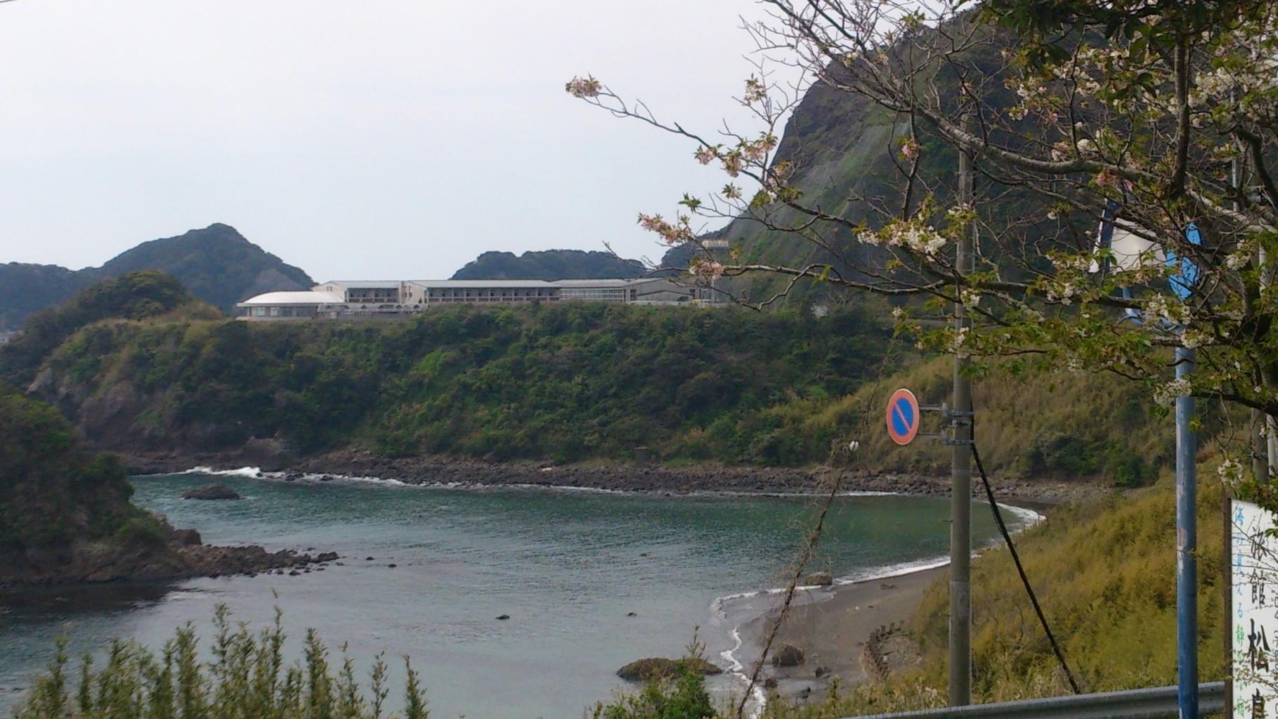 窓から見た最も近い入り江の景観、崖上に「鴨川青年の家」が見える