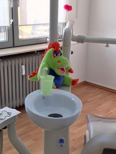 Kinderfreundliche Atmosphäre im Behandlungsraum der Zahnarztpraxis Raluca Lammers
