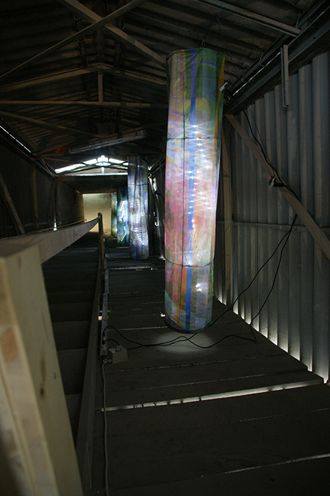 brain-drain_2013_(ausschnitt)_pigmentdruck-auf-flag-textile-outdoor-vernäht-LED-kabel-aluminiumkreuze-schrauben_195x40cm(h x d)