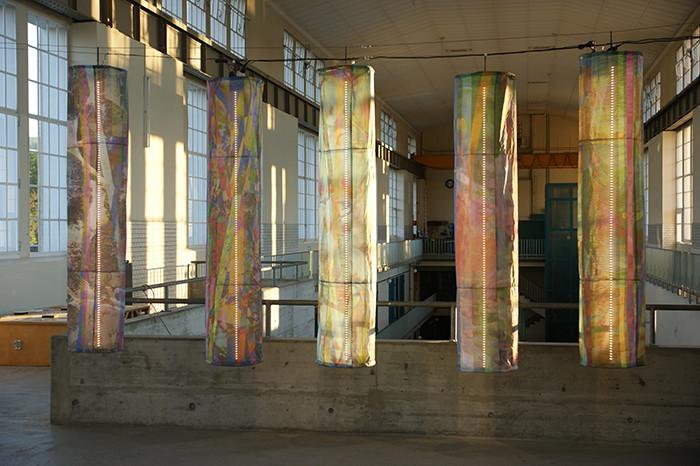 brain-drain_2014_pigmentdruck-auf-flag-textile-outdoor-vernäht-LED-kabel-aluminiumkreuze-schrauben_195x40cm(h x d)