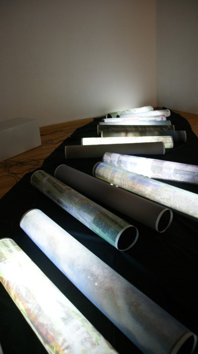 the-flow-of-time-das-murmeln-der-farben_2012_(version-artworks-liestal-ausschnitt)_pigmentdruck-auf-droppapier-led-kabel_15xje88x12cm(hxd-bodenfläche:-ca-120x300cm-bxl)