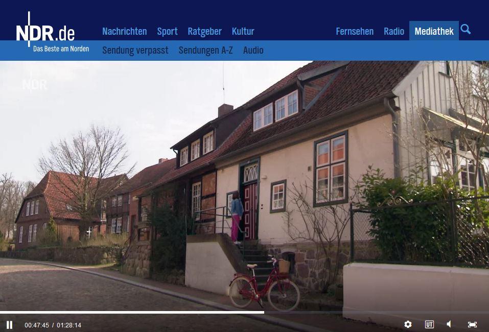 Heike Götz parkt ihr Fahrrad im Domhof