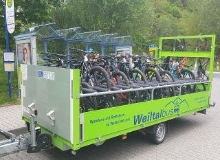 Der Weiltalbus mit Anhänger