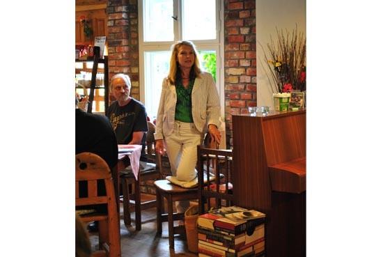 Gudrun Angelika Hoffmann (Vors. Kunstmeile Stahnsdorf e.V.) informiert über das Projekt
