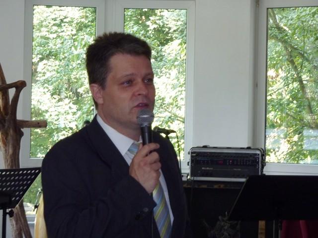 Stahnsdorfs Bürgermeister Bernd Albers bei der Eröffnungsrede