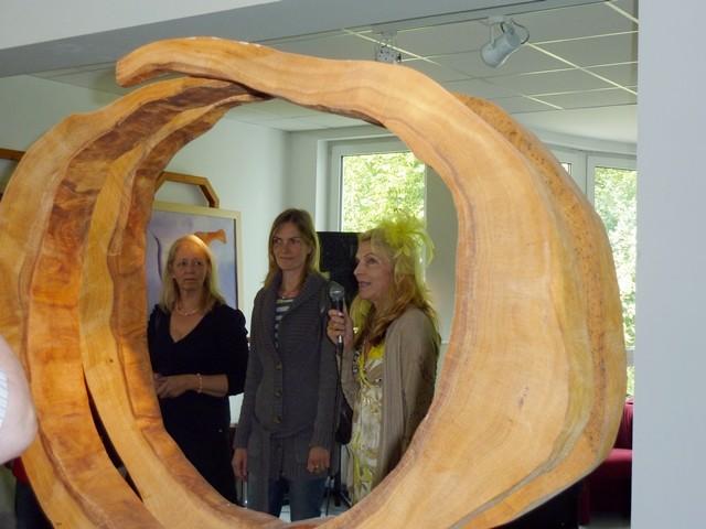 Einige der Initiatoren bei der Eröffnung von l. nach r. Gabriele Daniel, Elke Puls, Gudrun Angelika Hoffmann, im Vordergrund eine Skulptur des Künstlers Uli Kittelmann