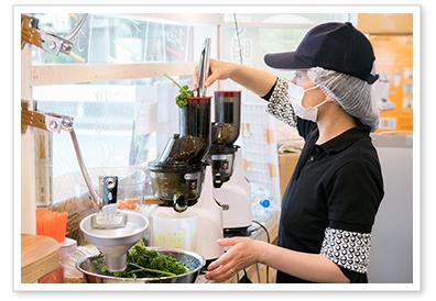 kuvings クビンスホールスロージューサー コールドプレスジュース 搾汁の様子 ベジピア赤坂店