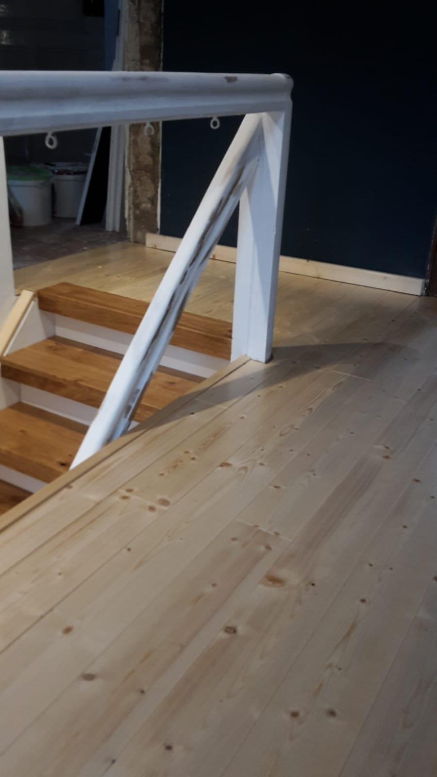 Fichte Dielen geschliffen und Eiche Treppe verkleidet