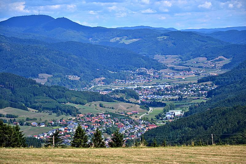 Hofstetten, Haslach, Fischerbach im Kinzigtal. Im Hintergrund der Brandenkopf (945 m).