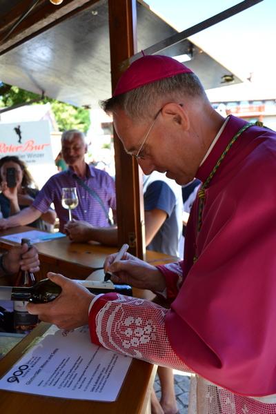 Patrozinium St. Märgen; Kurienerzbischof Georg Gänswein beim signieren