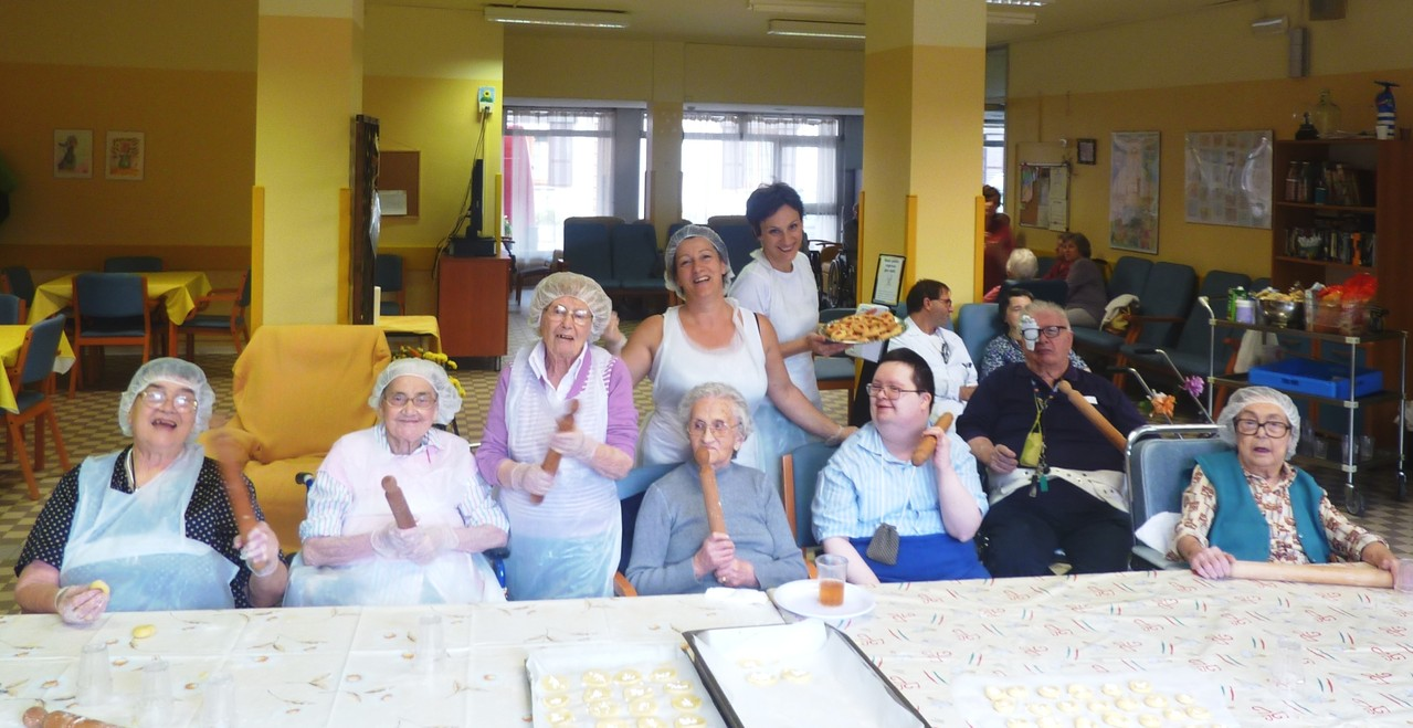 Attività di cucina con gli anziani
