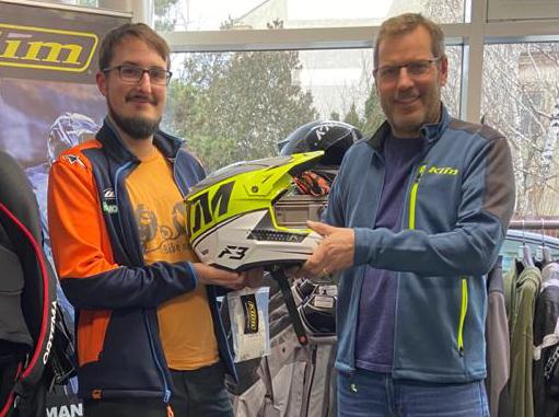 Pascal mit Niki vom KLIM-Store Baden und seinem neuen Helm