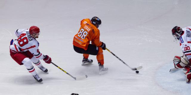 アイスバックス vs チャイナドラゴン: 寺尾選手の突破もゴールならず