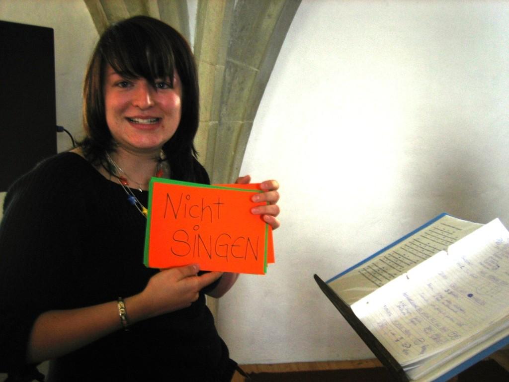 Caro mit ihren Dirigentenkarten, keine Sorge, da stehen auch andere Anweisungen drauf!