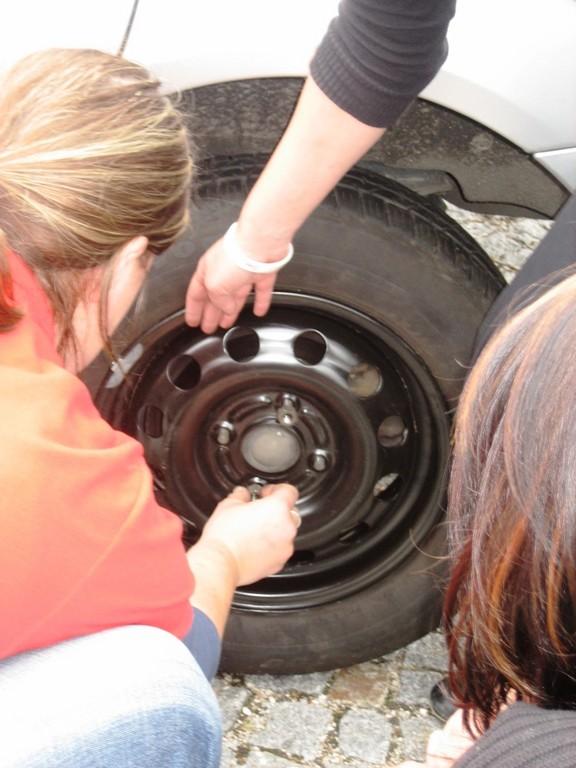Ha! So einen Reifen wechseln wir doch im Vorbeigehen....!