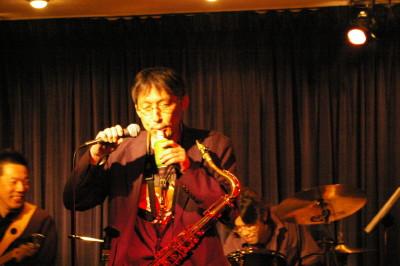 最近バンドリーダーは管楽器のみならず、ペットボトルやアリナミンⅤのビン、 お茶・缶楽器まで手を染めています。 写真は、ヘッドハンターズの、ウォターメロンマンの演奏中です。 楽しそうですね~