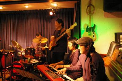 ソウルドレッシングの熱いピアニスト、Naokoと、日本を 代表するハモンド奏者の金子雄太さんの連弾です。 手数の多い二人が座ったら、61鍵のノードでは足りないですよね。金子さんは片手です。 ところで・・・雄太さんが中学生の頃の師匠はNaokoさんでした。 秘密ばらしちゃった・・・