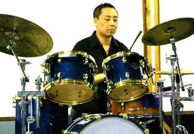 相模原市の講談社野間公民館の演奏で、日高弘のトラ(代役)で来てくれた、 カズー大越さんです。リハも30分だけでしたが、本番ではキメてくれました。さすがです。 ブルーのきれいなTAMAのドラムセットでした。