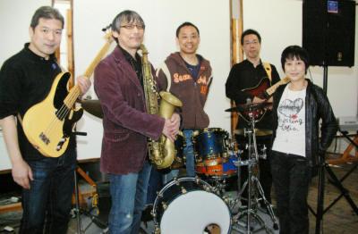 野間公民館でのサウンドチェック後の集合写真です。 この時のドラムはカズー大越さんでした。