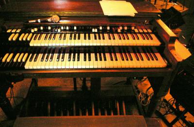 これがジャズ界の「絶滅危惧種」ハモンド・B-3です。この日はレスリー122スピーカーにつないでいました。 金子さんは、本番前に、電源トランスを替えたり、ケーブルを交換して音質の微調整をしていました。 とてもデリケートな楽器らしいです。