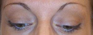 Redessiner les sourcils en maquillage permanent avant