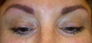Remplissage des sourcils en dermopigmentation après