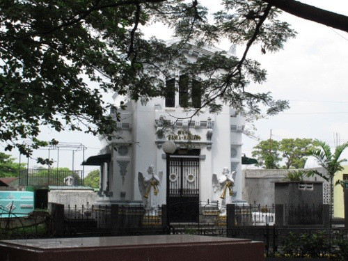 one of Manila cemetery's tombs, source: https://marilil.wordpress.com/category/dont-skip-manila/page/2/