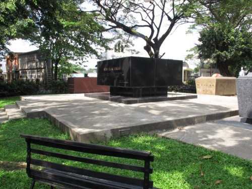President Roxas and his dog's tomb, source: https://marilil.wordpress.com/category/dont-skip-manila/page/2/