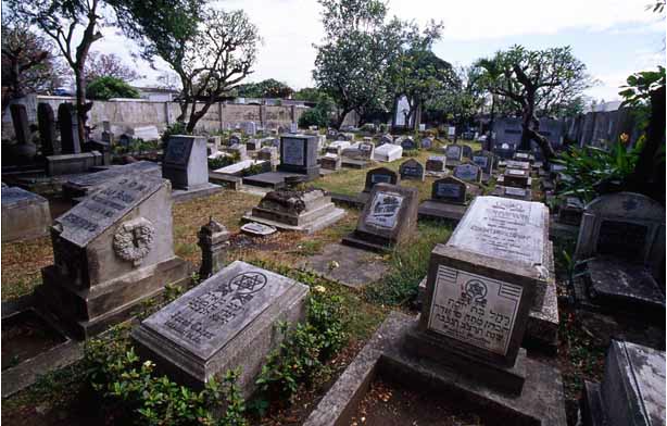 The Jewish cemetery inside the Northern cemetery, source: http://jewishphotolibrary.smugmug.com/ASIA/ASIAsoutheast/PHILIPPINES/PHManilaJewishCemetery/i-6JzV7cR