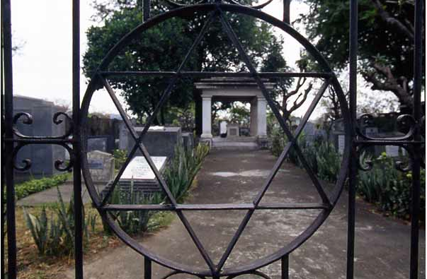 Jewish cemetery inside the Northern cemetery, source: http://jewishphotolibrary.smugmug.com/ASIA/ASIAsoutheast/PHILIPPINES/PHManilaJewishCemetery/i-LCRRFgD