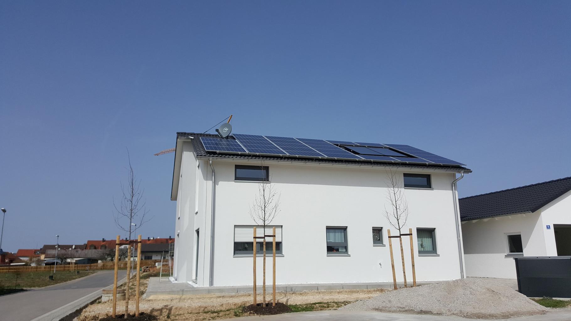 7,02 kWp Photovoltaikanlage mit Solarwatt Glas/Glas Module 30 Jahre Garantie mit Senec 8.0Pb Speicher in Hemau