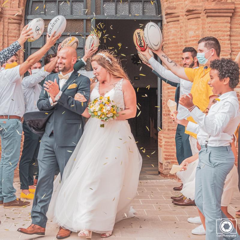 Cette photo représente la sortie de l'église lors d'un mariage près de Montauban.