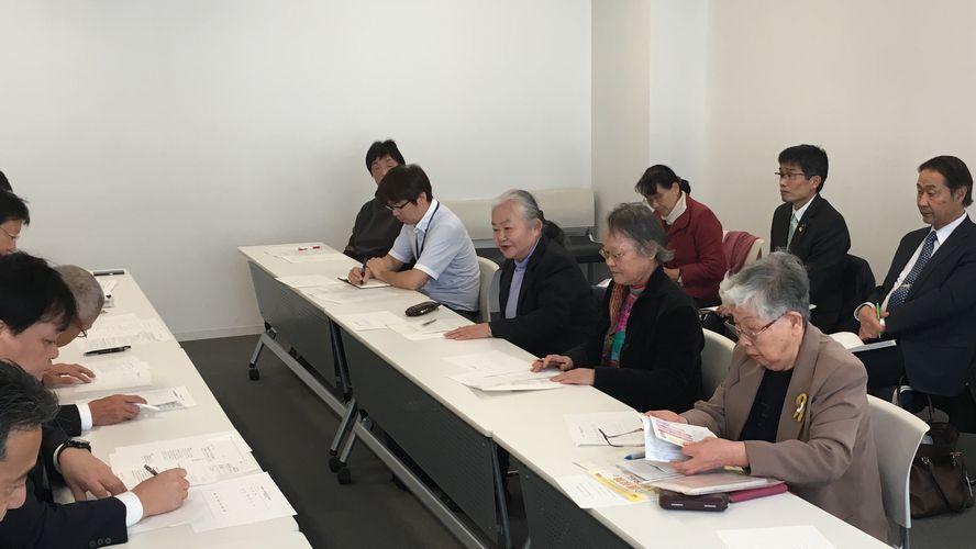 【署名用紙にリンク】「介護保険料の引き下げを求める甲府市民の会」による署名提出に参加しました。要望項目は「介護保険料の引き下げ」「利用料の軽減」などです。署名は短期間で611人分も集められました=2018年12月19 日