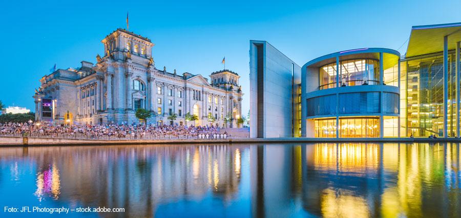 Spreeblick auf den Berliner Regierungsbezirk in der Abendämmerung.