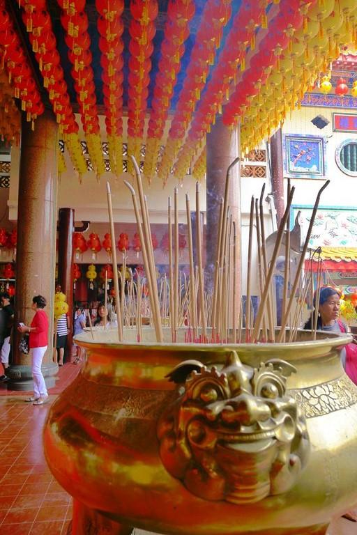 極楽寺。地元中国系の人だけでなく多くの観光客が訪れる寺院です。