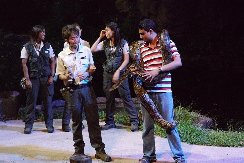 お客さんがステージにあがり大蛇を首から巻かれてた。