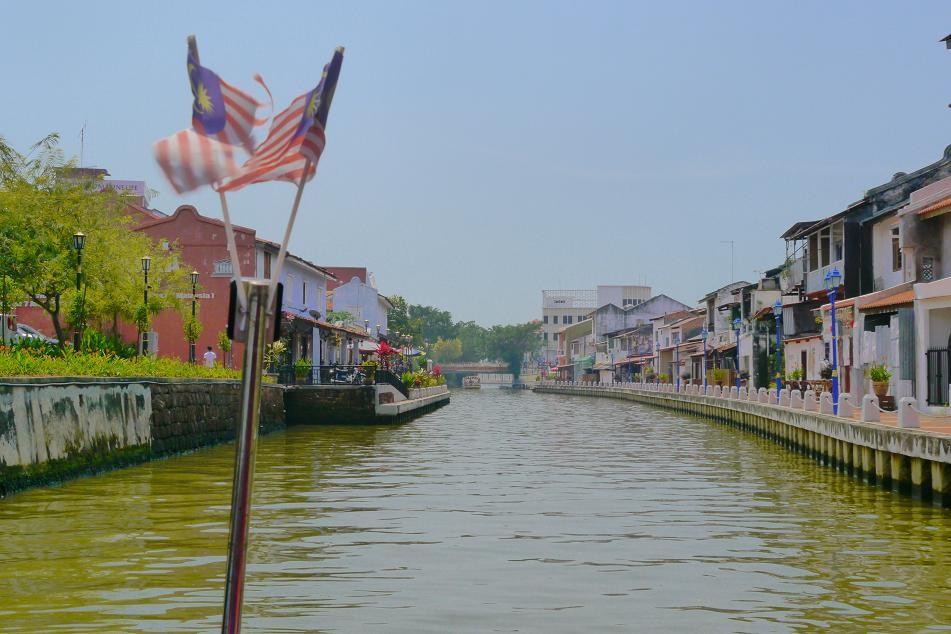 街の中心を流れる川をクルーズするツアーに参加。