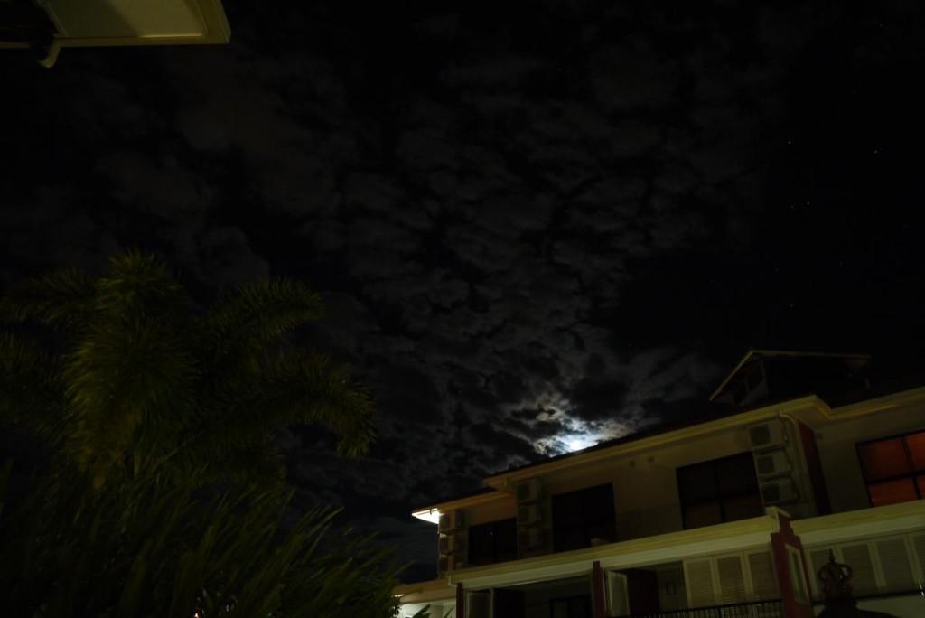 自宅玄関を出て空を見上げるとキレイな雲と星空。