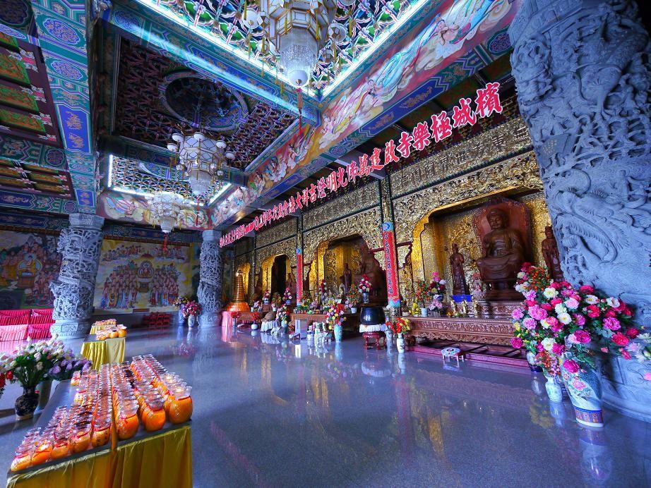 極楽寺。本堂には5体の仏陀が安置されている。