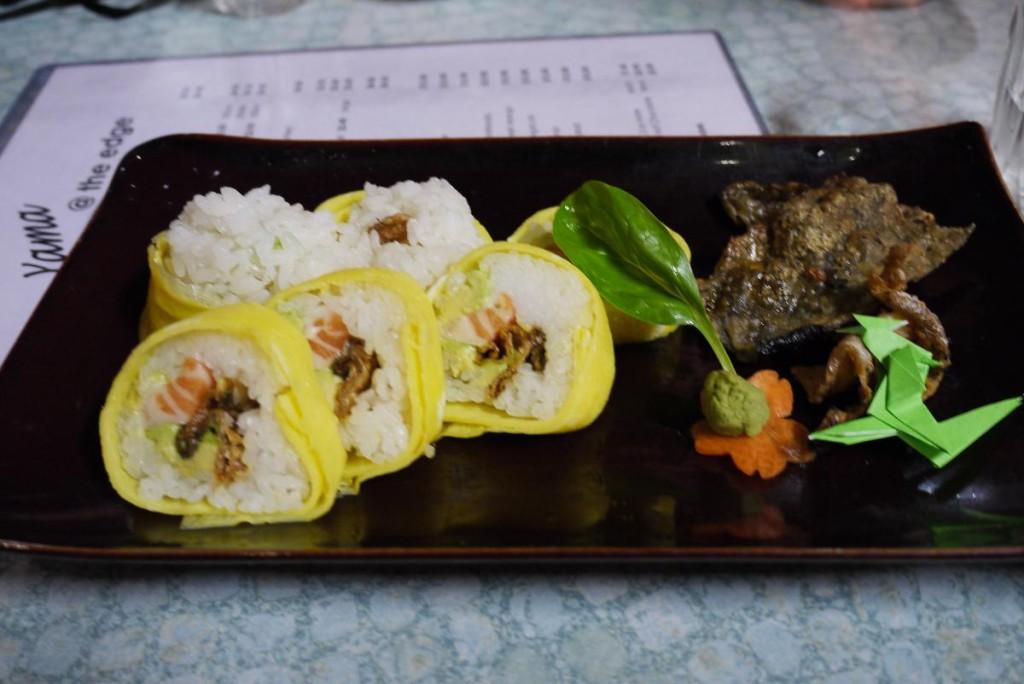 サミーさんが特別に作ってくれたお寿司。サーモンの皮をカリカリに焼いてサーモンとアボカドが中に入ってます。