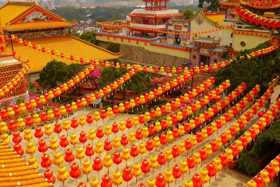 極楽寺。とにかく色とりどりでとてもキレイに装飾されている。