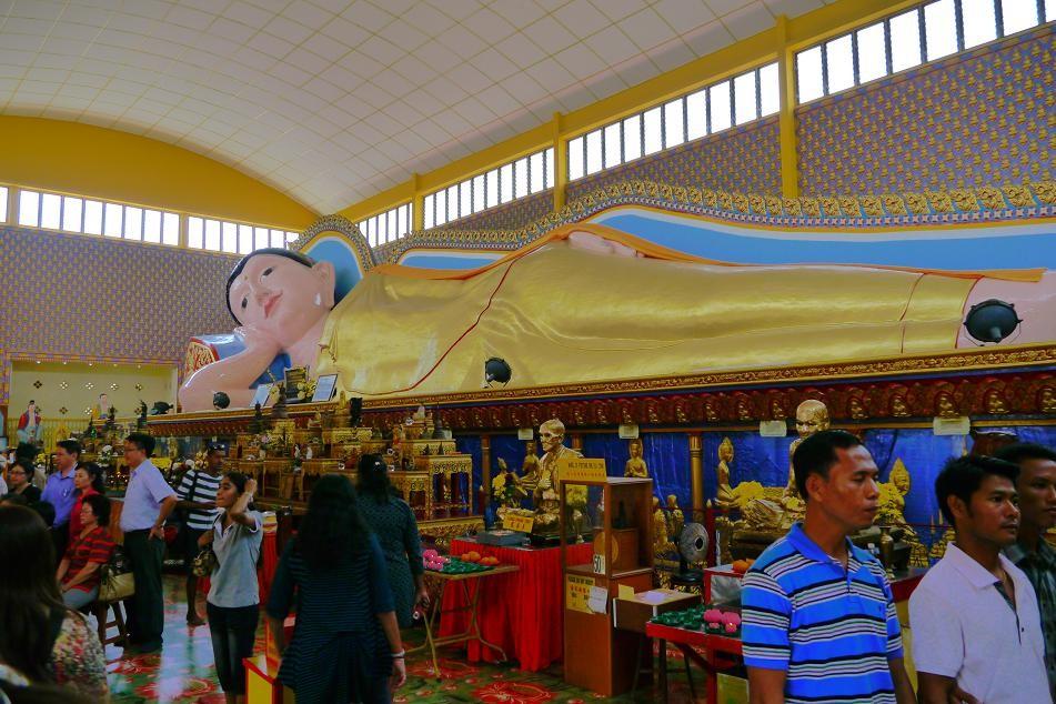 Sleeping Buddha。 タイ式寺院ですが、ヒンドゥーの影響を受けたカラフルなお寺はとても印象的。