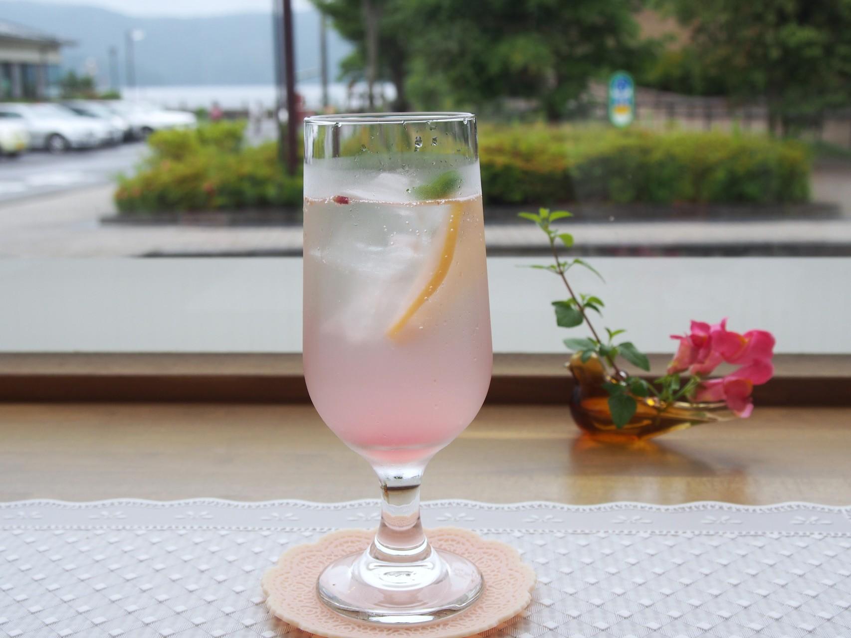 大人気!ラベンダーとバラの花びらで色づけしたピンク色のレモネード。