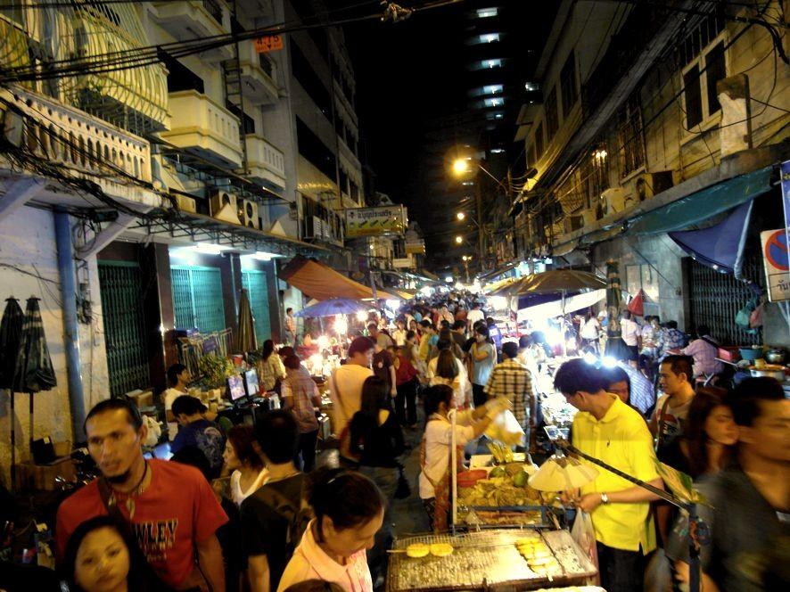Je später der Abend desto voller wirds es auf dem Khlong Thom Market