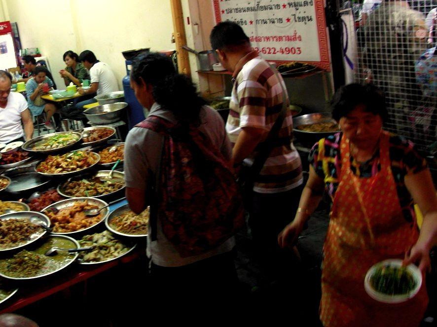 Auch auf diesem Bangkoker Markt muss man nicht hungern